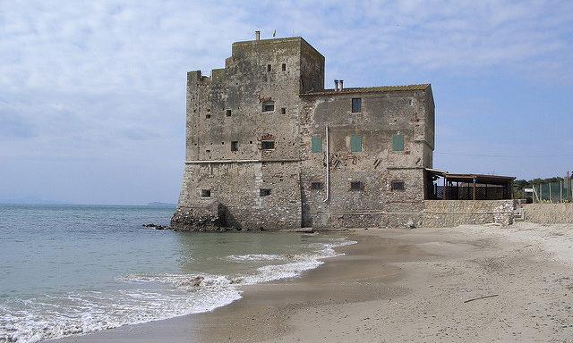 Старинная крепость на побережье Фоллоники