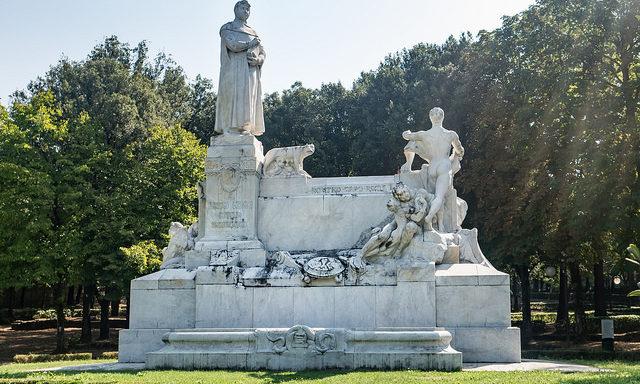 Памятник Петрарке