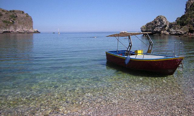 Пляж у острова Изола Белла