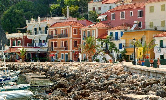 Цветные домики на пристани Парги