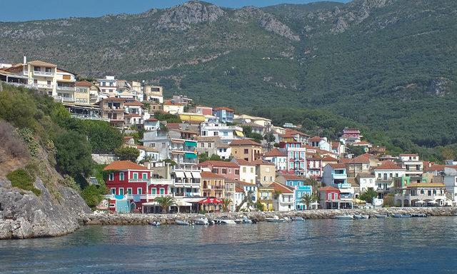 Цветные домики на набережной Парги